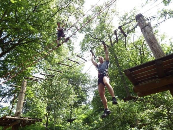 Teambildung im Kletterwald am See